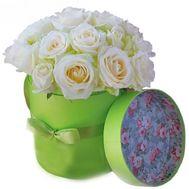 Нежные белые розы в коробке - цветы и букеты на vambuket.com