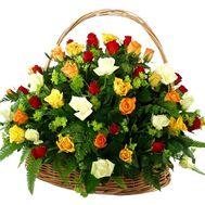 Корзина цветов из 51 разноцветной розы - цветы и букеты на vambuket.com