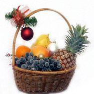 Корзина фруктов с новогодним украшением - цветы и букеты на vambuket.com
